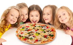 Kinder essen Pizza